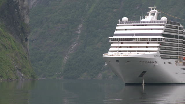 ws view of cruise-ships in geirangerfjord / geiranger, more og romsdal, norway - cruising stock videos & royalty-free footage