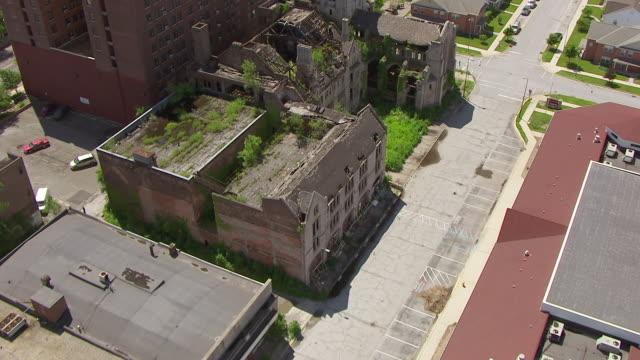stockvideo's en b-roll-footage met ws aerial pov view of crumbling and dilapidated church and apartment buildings / lake county, gary, indiana, united states - verlaten slechte staat