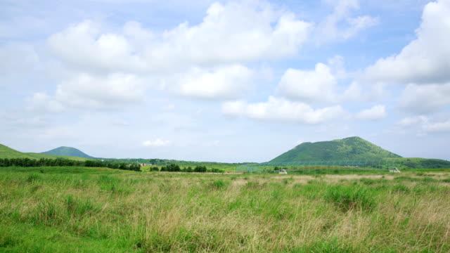 vídeos de stock, filmes e b-roll de view of dalangsioleum hill and field at wollangbong (parasitic volcano) in jeju - ponto de referência natural