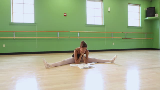stockvideo's en b-roll-footage met ws view of dance student reading in studio / santa fe, new mexico, united states - gympak