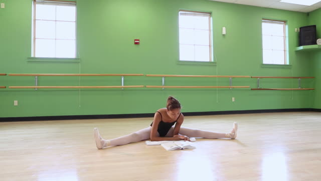 stockvideo's en b-roll-footage met ws td view of dance student reading in studio / santa fe, new mexico, united states - gympak