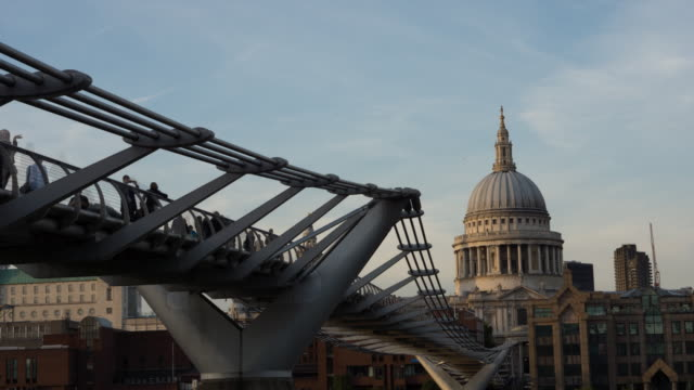 ws t/l view of day to night millenium footbridge and st. pauls cathedral dome / london, united kingdom - zeitraffer tag bis dämmerung stock-videos und b-roll-filmmaterial