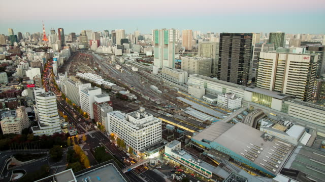 ws t/l view of day to night transition over shinagawa station / tokyo, japan - dusk to night stock videos & royalty-free footage