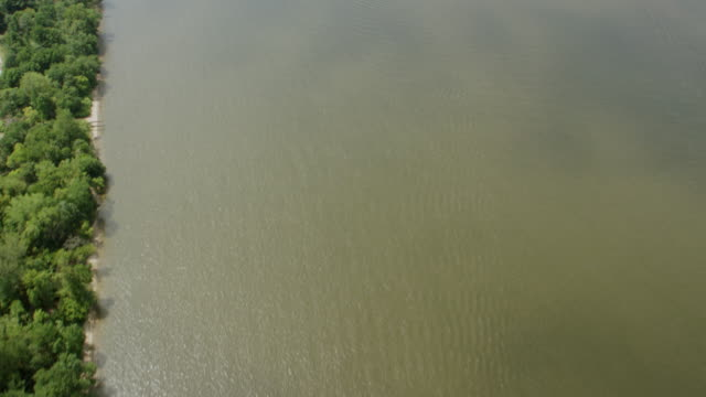 ms aerial view of delaware river / philadelphia - デラウェア川点の映像素材/bロール