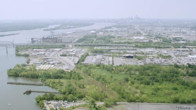 ms aerial view of delaware river with yachts and harbor / philadelphia - デラウェア川点の映像素材/bロール