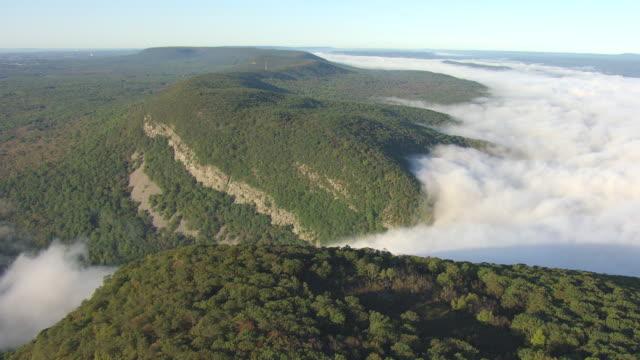 vídeos y material grabado en eventos de stock de ws aerial td view of dense clouds in delaware water gap with dense forest in hillsides / pennsylvania, united states - delaware water gap