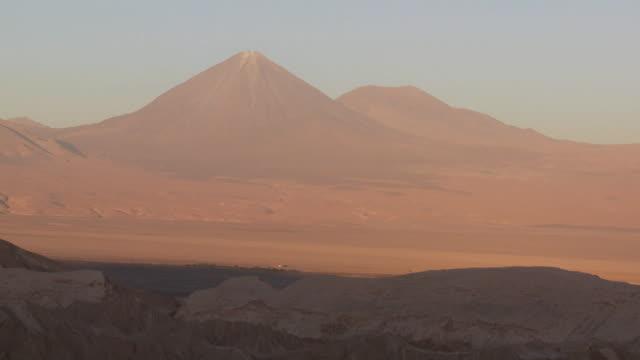ws view of  desert of valley of the moonand mountain / san pedro de atacama, norte grande, chile - 荒野点の映像素材/bロール