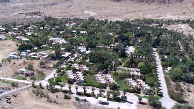 ws aerial zi view of desert  village / norrn judea desert, israel - 聖地パレスチナ点の映像素材/bロール