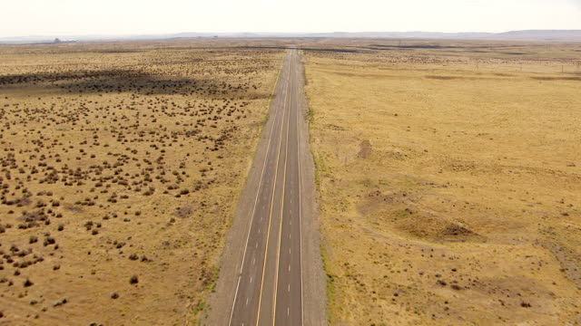 ws aerial view of deserted highway in desert near hanford site / richland, washington, united states - stato di washington video stock e b–roll