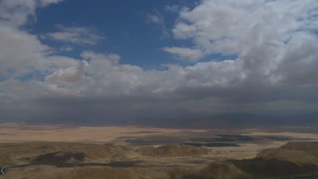 ws t/l view of desrt with clouds moving in sky / arava,israel - アラバ砂漠点の映像素材/bロール