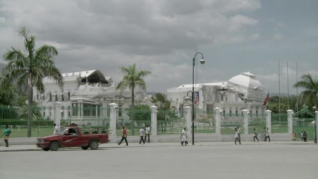 vídeos y material grabado en eventos de stock de ws view of destroying national palace with traffic going by / port-au-prince, haiti - hispaniola