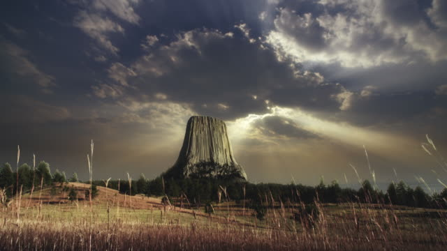 ws t/l view of devil tower and clouds moving on / wyoming, united states - wyoming stock-videos und b-roll-filmmaterial
