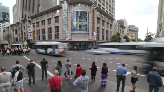 ws t/l view of different sides of street whilst people are crossing with traffic / sydney, new south wales, australia - traffic点の映像素材/bロール
