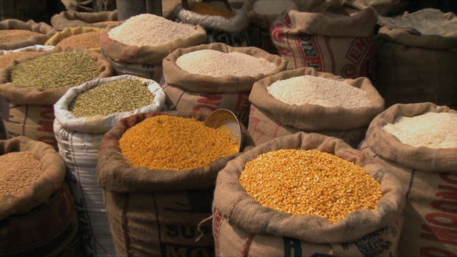 ms zi view of different spices in market / rajkot, india - gewürz stock-videos und b-roll-filmmaterial