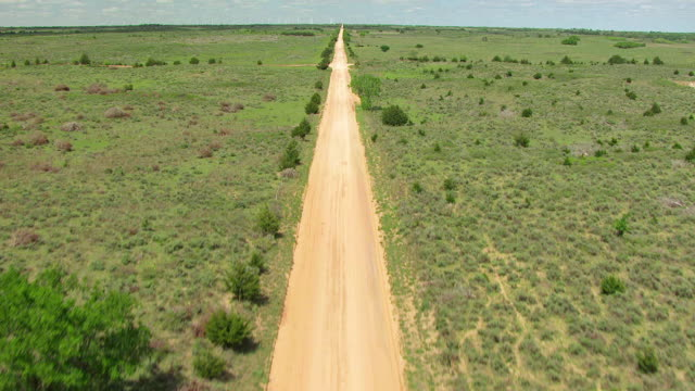 vidéos et rushes de ws aerial view of dirt road and rise up to reveal horizon and great plains in woodward county / oklahoma, united states - grandes plaines américaines