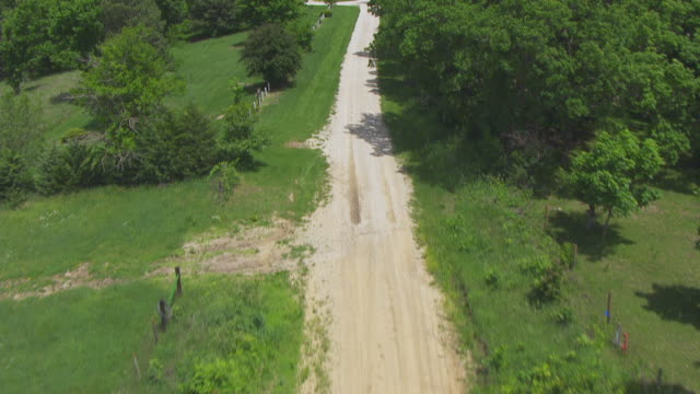 vídeos y material grabado en eventos de stock de ws aerial pov view of dirt track in farmland at mount pisgah / iowa, united states - carretera vacía