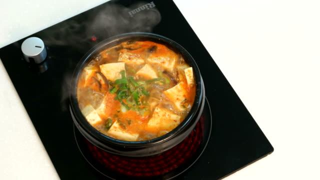 view of doenjang soup (korean traditional bean paste stew) - 煮込み料理点の映像素材/bロール