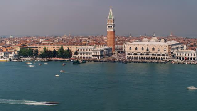 vídeos de stock e filmes b-roll de t/l, ws, ha, view of doge's palace and campanile, waterfront, venice, italy - estilo do século 16