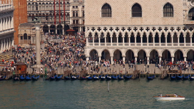 stockvideo's en b-roll-footage met ms, ha, view of doge's palace, waterfront, venice, italy - 16e eeuwse stijl