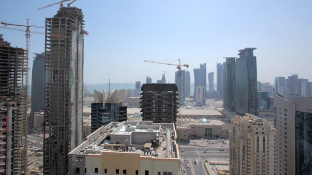 vídeos y material grabado en eventos de stock de ws t/l pan view of doha city seen from rooftop / doha city,  - estructura de edificio