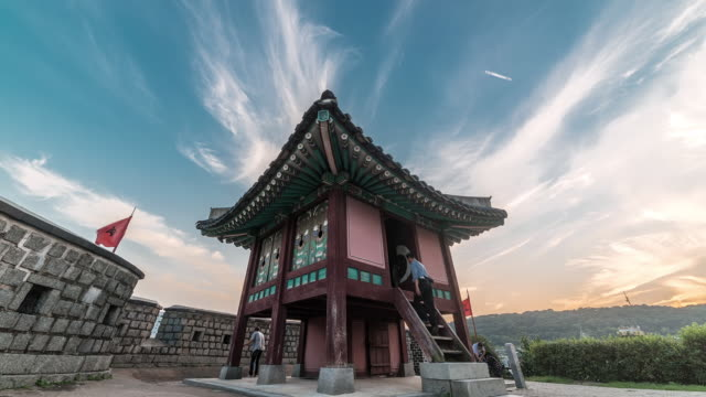 vídeos de stock, filmes e b-roll de ws t/l view of dongnamkackru tower in suwon hwaseong castle (unesco world heritage)   / suwon, gyeonggi do, south korea - castelo