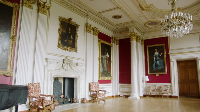 vídeos de stock, filmes e b-roll de ms td view of down to fireplace with portraits on walls at kimbolton school / cambridgeshire, united kingdom - realeza britânica