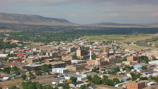 stockvideo's en b-roll-footage met ws aerial view of downtown area / casper, wyoming, united states - wyoming