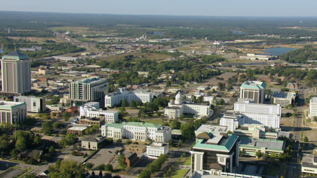 stockvideo's en b-roll-footage met ws aerial view of downtown buildings and first whitehouse of confederacy and alabama state capitol / montgomery, alabama, united states - alabama
