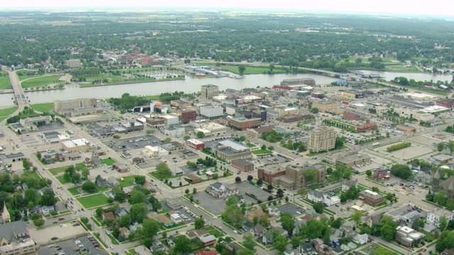 vídeos de stock, filmes e b-roll de ws aerial view of downtown buildings and saginaw bay / bay city, michigan, united states - michigan