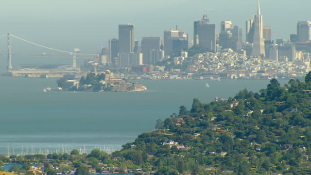 vídeos y material grabado en eventos de stock de ws aerial view of downtown buildings by water / california, united states - bahía de san francisco