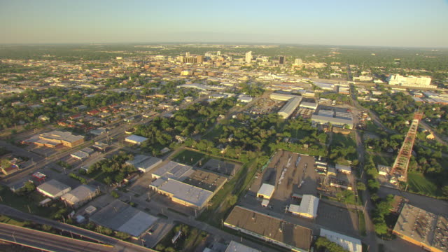 vídeos de stock e filmes b-roll de ws aerial view of downtown buildings during sunrise / wichita, kansas, united states - kansas