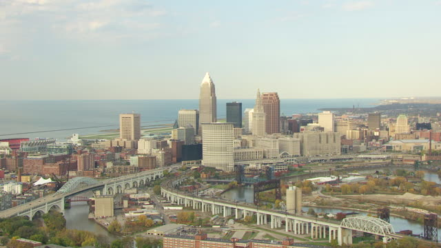 ws zo aerial view of downtown buildings with lake erie / cleveland, ohio, united states - fiume cuyahoga video stock e b–roll