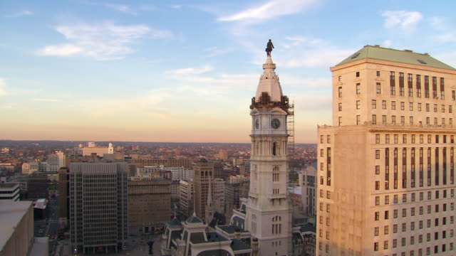 ws view of downtown city center buildings / philadelphia, pennsylvania, united states - rathaus von philadelphia stock-videos und b-roll-filmmaterial