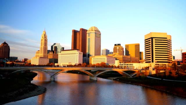Weergave van het centrum van Columbus Ohio Skyline in schemerlicht