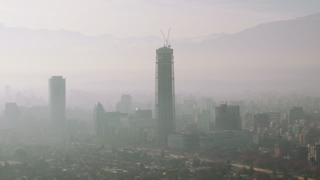 stockvideo's en b-roll-footage met ws view of downtown high rise building under construction with mountain range / santiago, chile - zuid amerika
