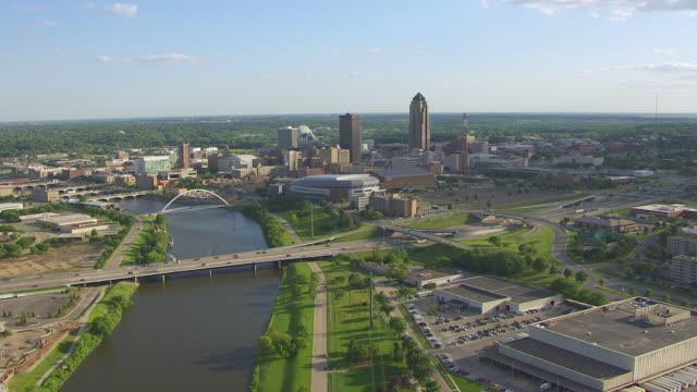 vídeos de stock e filmes b-roll de ws aerial pov view of downtown in city / des moines, iowa, united states - des moines iowa