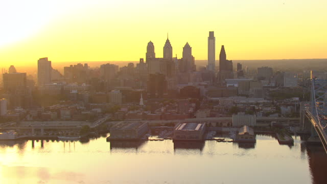 vídeos de stock e filmes b-roll de ws aerial view of downtown skyline at sunset / philadelphia, pennsylvania, united states - ponte ben franklin