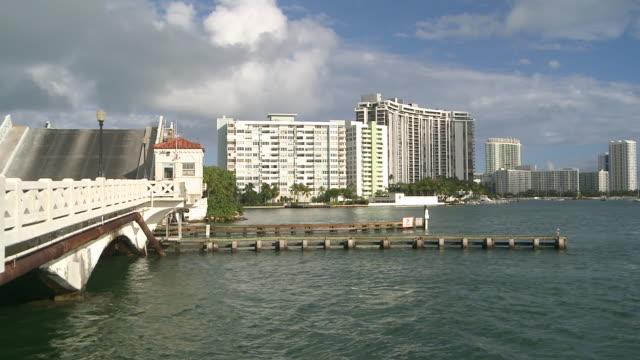 vídeos de stock e filmes b-roll de ws view of drawbridge on venetian causeway with views of south beach / miami beach, florida, united states - 50 segundos ou mais