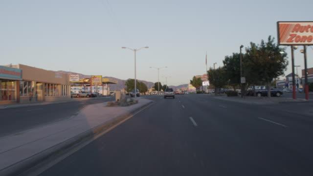 vídeos de stock, filmes e b-roll de ws pov view of driving on route 66 in albuquerque / albuquerque, new mexico, united states - escrita ocidental