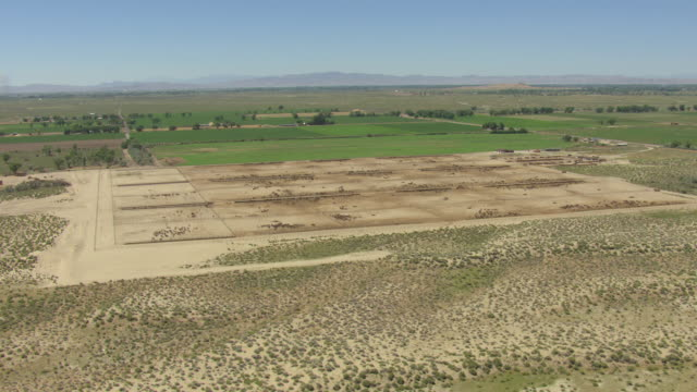 vídeos y material grabado en eventos de stock de ws arial view of dry land patches with rich land with green growth and open skies and strong sun / nevada, united states - terrenos a construir