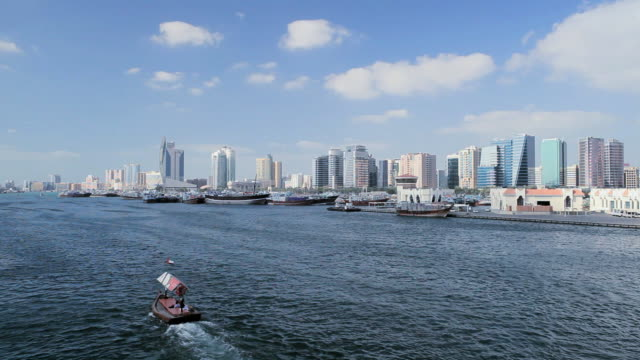 vídeos de stock e filmes b-roll de ws view of dubai creek, dhow wharfage and commercial centre / dubai, united arab emirates - ancorado