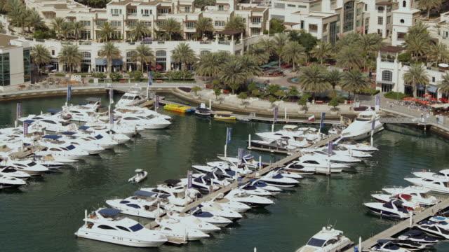 vídeos y material grabado en eventos de stock de ws t/l view of dubai marina and boats / dubai, united arab emirates - golfo pérsico