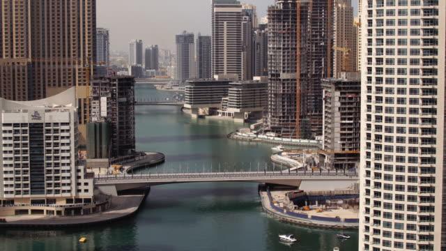 vídeos y material grabado en eventos de stock de ws zo t/l view of dubai marina and traffic on bridge at morning - golfo pérsico