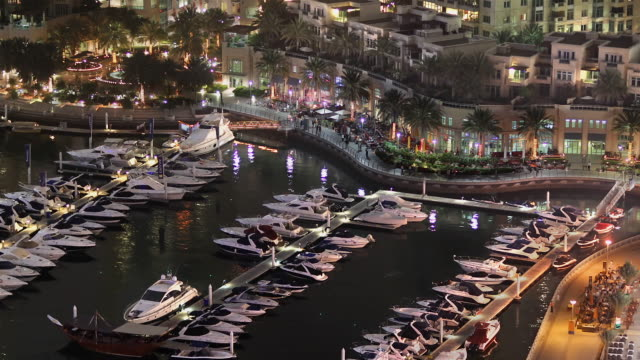 vídeos y material grabado en eventos de stock de ws t/l view of dubai marina at night / dubai, united arab emirates - golfo pérsico