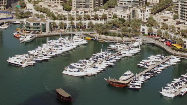 vídeos y material grabado en eventos de stock de ws zo t/l view of dubai marina / dubai, united arab emirates - golfo pérsico