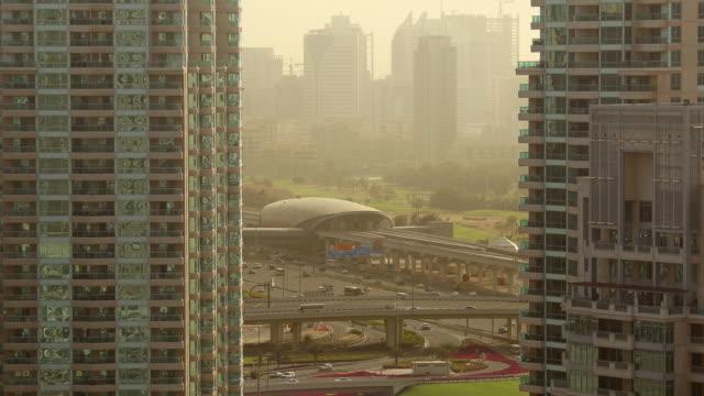 vídeos y material grabado en eventos de stock de ws t/l view of dubai marina traffic at morning / dubai, united arab emirates - golfo pérsico