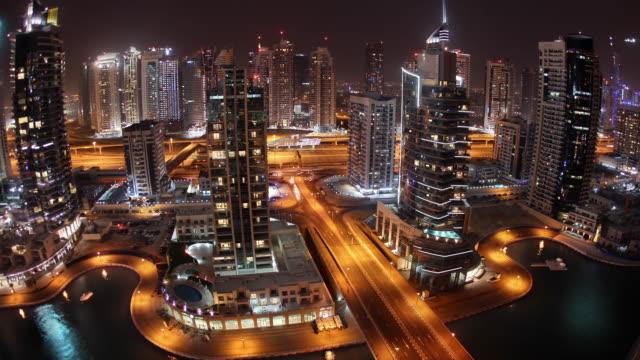 vídeos y material grabado en eventos de stock de ws t/l view of dubai marina traffic at night / dubai, united arab emirates - golfo pérsico