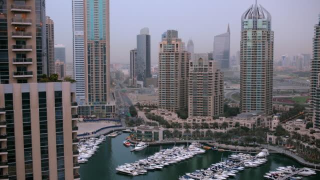 vídeos y material grabado en eventos de stock de ws t/l view of dubai marina transition / dubai, united arab emirates - golfo pérsico