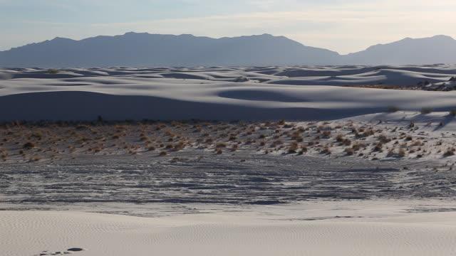 ws pan view of dunes at landscape of white sands / santa fe, new mexico, united states - panorering bildbanksvideor och videomaterial från bakom kulisserna