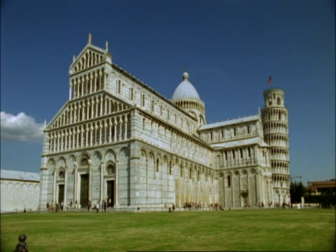 stockvideo's en b-roll-footage met wa view of duomo, cathedral next to leaning tower of pisa, tuscany - rond de 12e eeuw